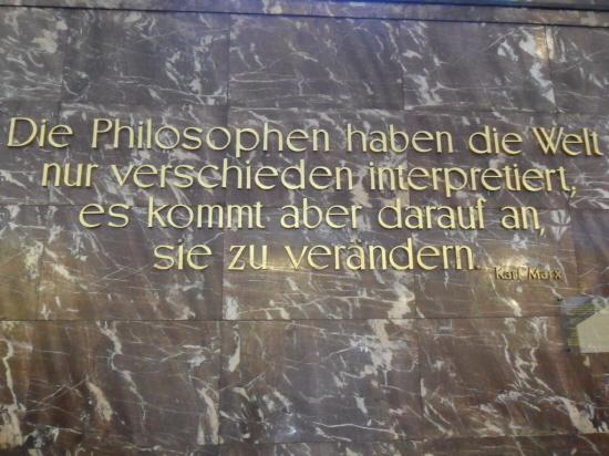 훔볼트 대학교 본관에 전시된 맑스의 포이어바흐 테제.