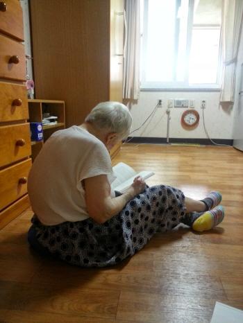 책 읽는 할머니.
