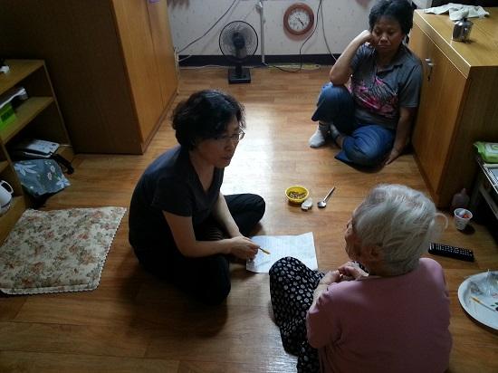 할머니의 방에서 구술 채록하는 모습